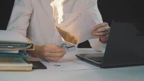 O homem de negócios queima o original de papel do contrato Destruição das seguranças Interrupção de um acordo video estoque