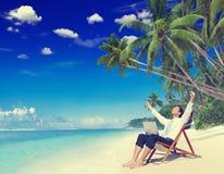 O homem de negócios Relaxation Vacation Working fora encalha o conceito imagem de stock royalty free