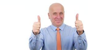 O homem de negócios seguro faz aos polegares dobro acima dos gestos de mão um bom sinal do trabalho filme