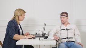 O homem de negócios senta-se para um exame do detector de mentira vídeos de arquivo
