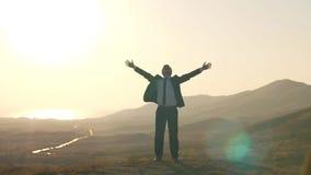 O homem de negócios sente a liberdade na natureza video estoque