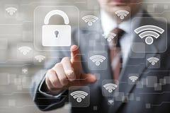 O homem de negócios social de Wi-Fi da rede pressiona o botão Fotografia de Stock