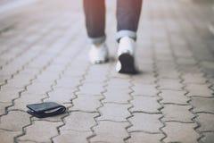 O homem de negócios tinha perdido a carteira de couro com dinheiro imagem de stock