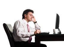 O homem de negócios trabalha no computador Imagens de Stock Royalty Free