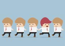 O homem de negócios vai à maneira diferente de sua equipe, individualidade concentrada Imagens de Stock Royalty Free