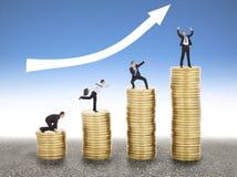O homem de negócios vai acima da moeda de ouro, do começo ao sucesso Fotos de Stock Royalty Free
