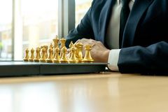 O homem de neg?cios joga a xadrez como deixar de funcionar fotografia de stock royalty free