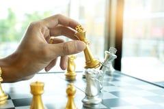 O homem de neg?cios joga a xadrez como deixar de funcionar fotos de stock