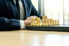 O homem de neg?cios joga a xadrez como deixar de funcionar fotografia de stock