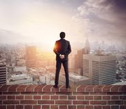 O homem de neg?cios olha o futuro para oportunidades novas imagens de stock royalty free