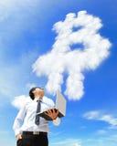 O homem de negócio com portátil e o bitcoin do olhar nublam-se Foto de Stock Royalty Free