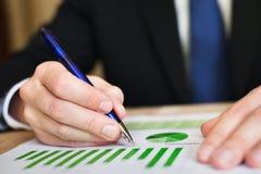 O homem de negócios analisa a carta Imagens de Stock Royalty Free