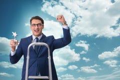 O homem de negócios com concessão da estrela contra o céu Fotos de Stock Royalty Free