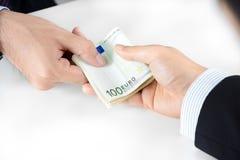 O homem de negócios entrega a passagem do dinheiro, moeda do Euro (o EUR) Imagens de Stock