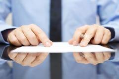 O homem de negócios está lendo com cuidado o contrato Fotos de Stock