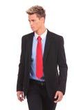 O homem de negócios novo está andando Imagens de Stock Royalty Free