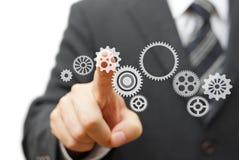 O homem de negócios é roda dentada virtual tocante Tecnologia e visão Imagens de Stock Royalty Free