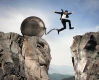 O homem de negócios supera obstáculos Imagens de Stock