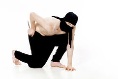 O homem de Ninja guarda a faca e está pronto para atacar no fundo branco Fotos de Stock Royalty Free