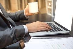 O homem de Ofticer senta-se no cinza do portátil do uso da cadeira no trabalho da tabela pro Fotos de Stock