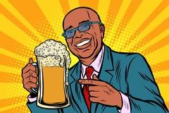 O homem de sorriso com uma caneca de cerveja espuma Povos afro-americanos ilustração do vetor