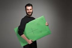 O homem de sorriso como o homem de negócios com painel verde Fotos de Stock Royalty Free