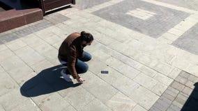 O homem deixa cair o smartphone fora filme