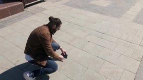 O homem deixa cair o smartphone fora vídeos de arquivo