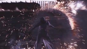 O homem demonstra fogos-de-artifício mostra na frente marítima no partido no clube noturno audiências entertainment cidade filme