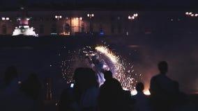 O homem demonstra fogos-de-artifício mostra na frente marítima no partido no clube noturno audiências entertainment perigoso video estoque