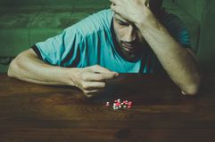 O homem deprimido que sofre da depressão suicida quer cometer o suicídio tomando drogas fortes do medicamento e os comprimidos e  imagem de stock royalty free