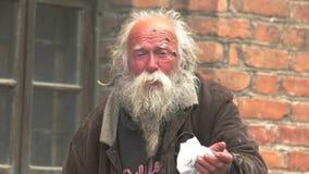 O homem desabrigado idoso está cantando filme
