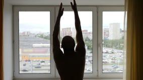 O homem, descamisado, aumentos seus braços, mãos para cima, inala profundamente, a seguir lentamente os antebraços video estoque
