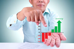 O homem designa um objetivo crescente Foto de Stock