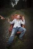 O homem desprezível obtem o conhaque servido Fotografia de Stock