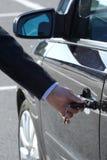 O homem destrava o carro Imagens de Stock Royalty Free