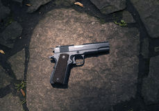 O homem dispara em uma arma em um alvo Foto de Stock