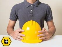 O homem do ícone do protetor do seguro que guarda o trabalhador da segurança protege o conceito industrial do arquiteto da constr fotografia de stock