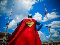 O homem do aço - superman na metrópole Imagem de Stock Royalty Free