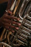 O homem do African-American joga a tuba Imagens de Stock