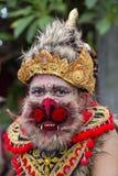 O homem do Balinese vestiu-se na máscara de Hanuman para a cerimônia da rua em Gianyar, ilha Bali, Indonésia Fotos de Stock Royalty Free