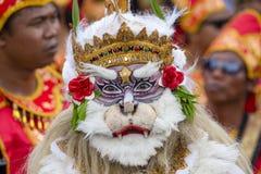 O homem do Balinese vestiu-se na máscara de Hanuman para a cerimônia da rua em Gianyar, ilha Bali, Indonésia Imagens de Stock Royalty Free