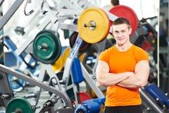 O homem do Bodybuilder que faz o bíceps muscle exercícios fotos de stock royalty free