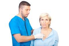 O homem do doutor avalia a mulher sênior Fotografia de Stock