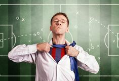 O homem do escritório abre uma camisa branca e mostra um formulário do futebol Na perspectiva do esquema de treinamento do fósfor Imagem de Stock Royalty Free