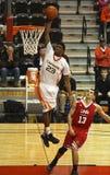 O homem do jogador de basquetebol salta o húmido Imagem de Stock
