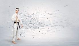 O homem do karaté que faz o karaté engana com conceito caótico Imagem de Stock