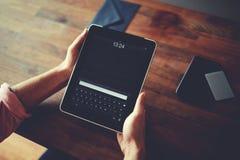 O homem do moderno entrega guardar a tabuleta digital com a tela vazia vazia para sua mensagem de texto imagens de stock royalty free
