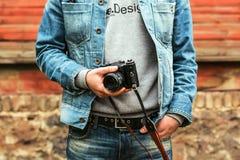 O homem do moderno guarda uma câmera velha Foto de Stock