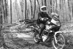 O homem do motociclista está sentando-se no velomotor da aventura Fora da estrada Viagem da motocicleta enduro que viaja, esporte fotos de stock